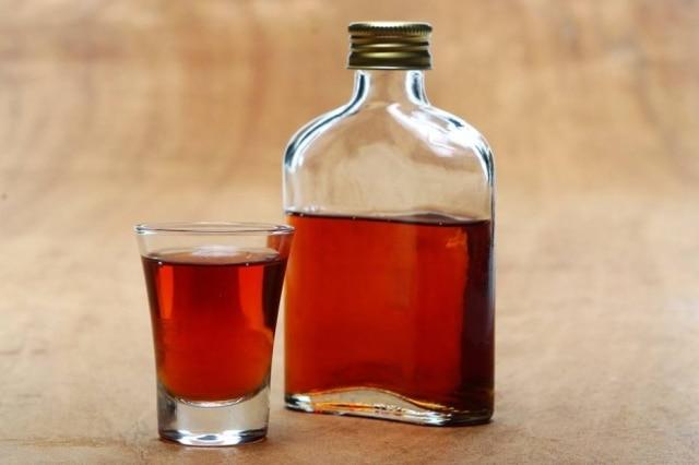 Manhattan, feito de bourbon,vermute tinto eAngostura