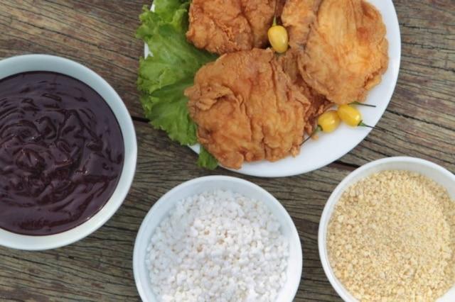 Prato típico do Pará, no Point do Açaí: peixes com tigela de açaí, farinha de tapioca e farinha de mandioca