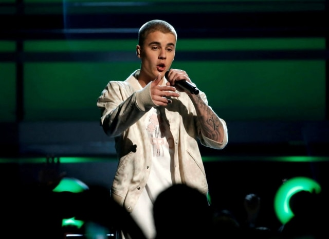 Justin Bieber se envolveu em pequeno acidente de trânsito ao sair de uma igreja em Beverly Hills.