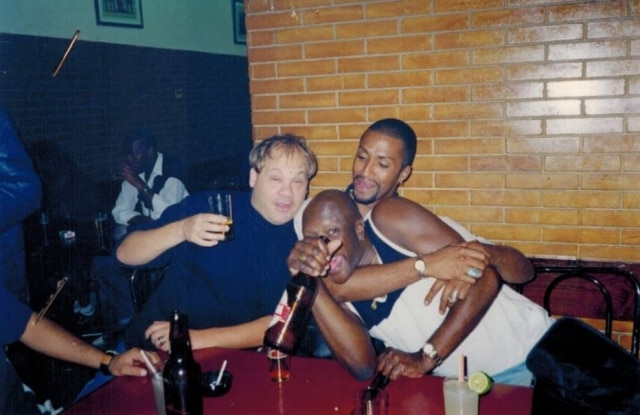 Lafond ao lado de Marcelo Padula, seu empresário, e outro amigo.