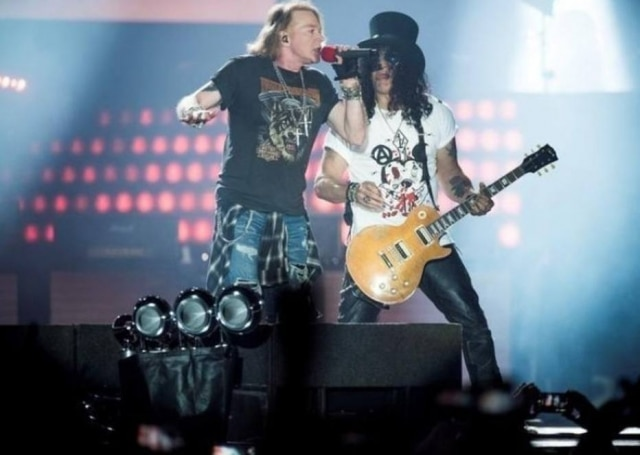 Axl Rose e Slash, da banda Guns N' Roses, durante show em Copenhague, em 2017.