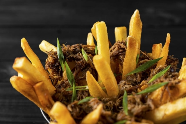 Rib fries da Fat Cow, com costela desfiada e sour cream.