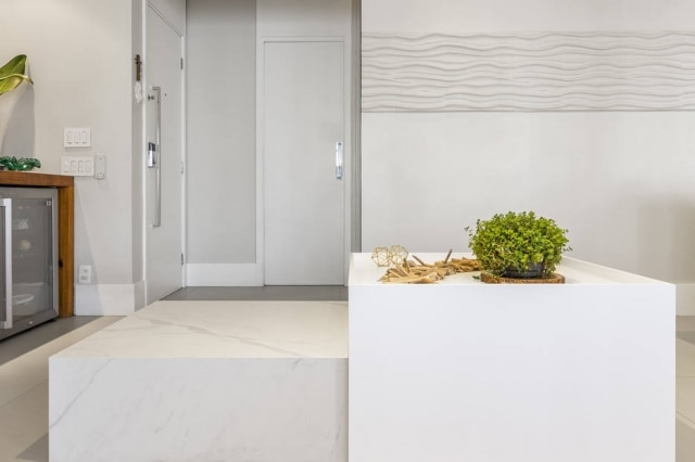 A arquiteta Suellen Figueiredo encontrou uma solução para a esteira dobrável ficar escondida na sala: uma mesa oca,criada sob medida para o ambiente
