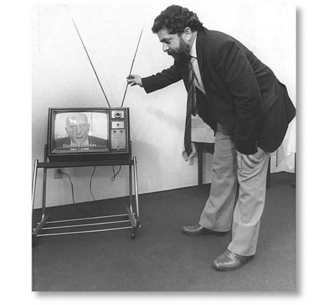 Lula ajeita a antena durante o programa de Ulysses Guimarães (PMDB).