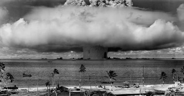 Detonação de uma bomba atômica durante os testes nucleares realizados em 25/7/1946, no Atol de Bikini.