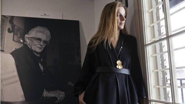Sharon Tal, que dirige a marca Maskit em Tel Aviv ao lado do marido, em frente ao retrato de Ruth Dayan, fundadora da grife