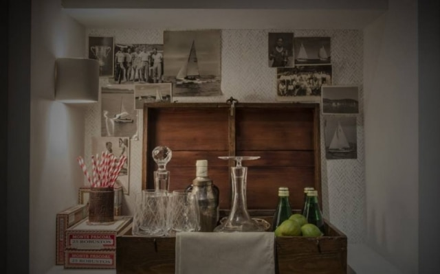 No ambiente de Gustavo Paschoalim e Paulo Azevedo, uma caixa de madeira foi transformada em bar