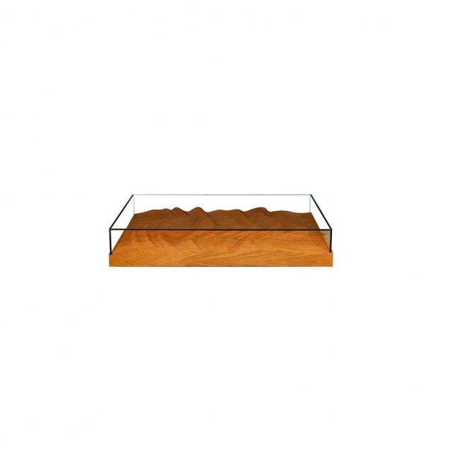 Assinada pelo o estúdio Mula Preta, a mesa de centro Maremoto, com entalhes de madeira natural.