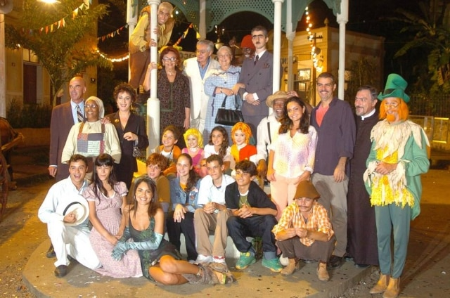 Elenco do 'Sítio do Picapau Amarelo' reunido na cidade cenográfica de 'Arraial de Tucanos' em 2005. Leandro Leo aparece vestido como Pesadelo, apoiado em um poste.