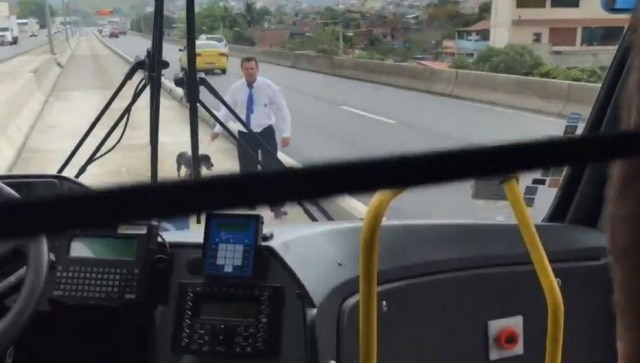 O motorista Silvio Gomes, que resgatou cão abandonado na via no Rio de Janeiro.