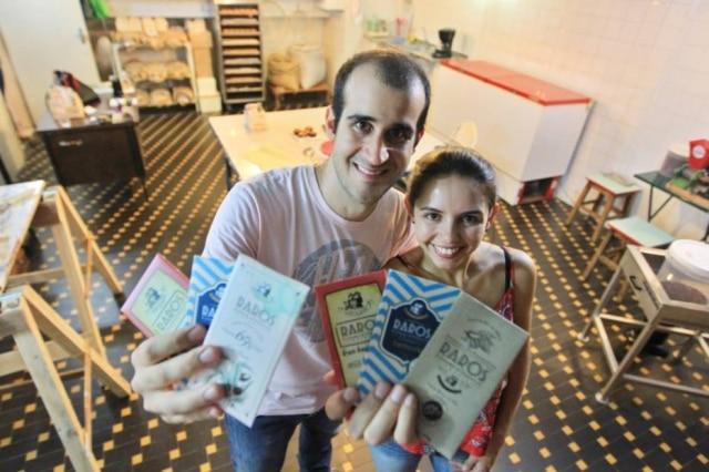 O casal de agrônomos que decidiram fabricar chocolate bean-to-bar na garagem da casa da avó em Guarulhos
