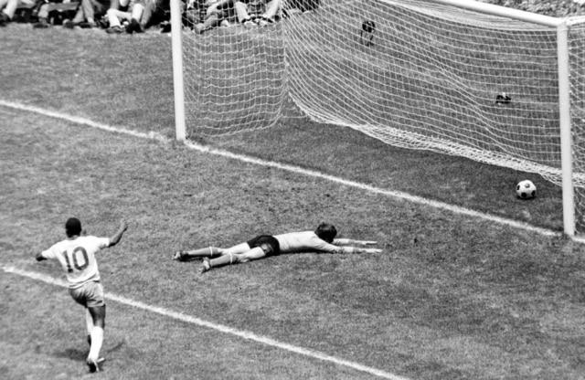 Pelé comemora o primeiro gol do Brasil na decisão da Copa de 1970 contra a Itália. O goleiro Albertosi está caído no chão e a bola no fundo do gol, 21/6/1970. A Seleção Brasileira venceu a Itália por 4 a 1.