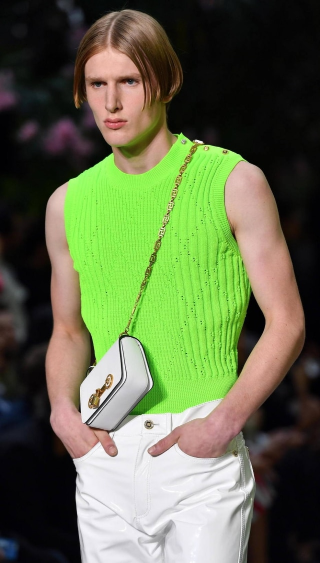 Modelo com a Small Icon Shoulder Bag, no mais recente desfile masculino da Versace