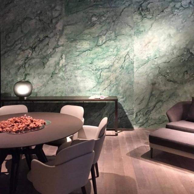 Neste projeto para a arquiteta Patrícia Anastassiadis, as artistas Adriana e Carlota produziram uma tela com tinta acrílica, dando a ideia de um grande papel marmorizado, que depois foi aplicada na parede da sala de jantar.
