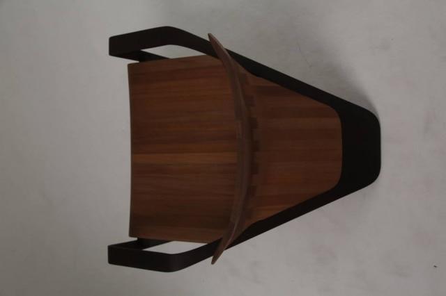 Vista superior da poltrona Ava, de madeira em dois tons, esculpida digitalmente e finalizada à mão