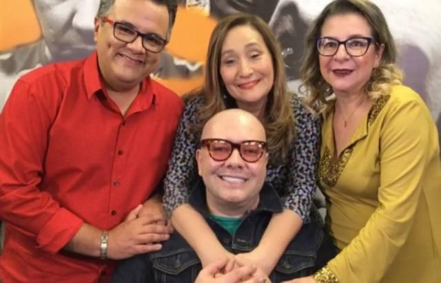 Sonia Abrão abraça Felipeh Campos.