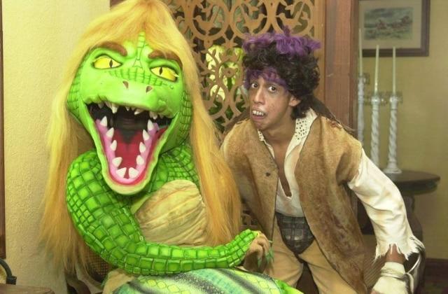 Leandro Leo como Pesadelo ao lado da personagem Cuca, interpretada por Jacira Santos em gravação de 'Sítio do Picapau Amarelo' em 2004.