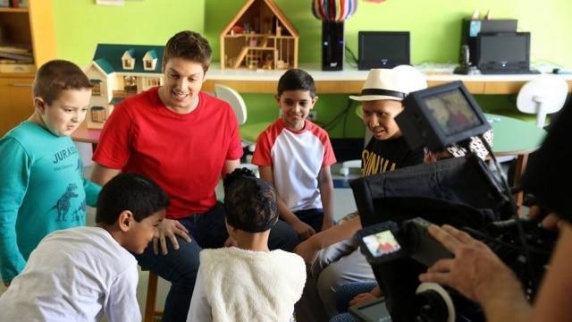 Fábio Porchat em ação social com crianças.