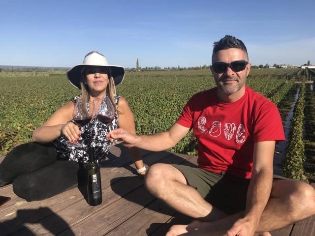Vanessa Vasconcelos eRudá Serra viajam o mundo em busca de vinhos