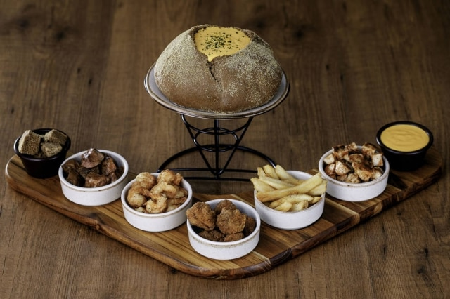 Fondue salgado do Outback, com mix de queijos e molho ranch.