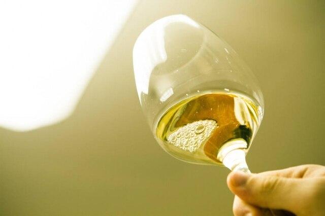 Frescor e leveza dos vinhos verdes combinam com dias quentes.
