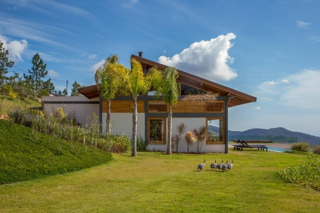 A fachada da casa projetada pelo arquiteto carioca Sergio Conde Caldas, vista a partir do portão de entrada