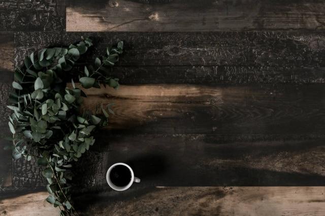 Porcelanato da coleção Blackwood (20 x 120cm) que imita madeira queimada, da Decortiles