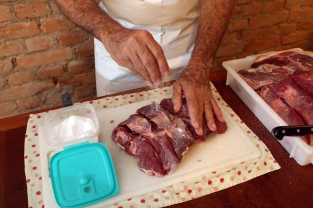 """Seu João Batista sabe a medida do sal para curar a carne por pelo menos 12 horas. """"É tudo no olho. Se o clima está frio, demora mais para curar"""""""