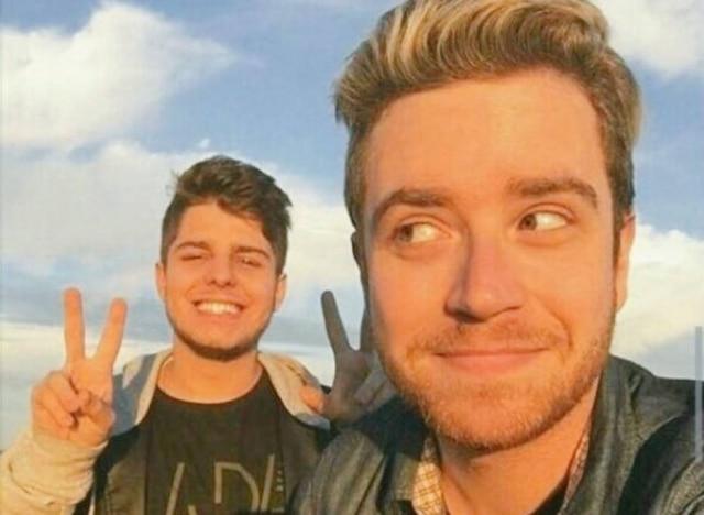 Depois que o youtuber revelou o rosto do namorado, fãs encontraram mais fotos do casal juntos