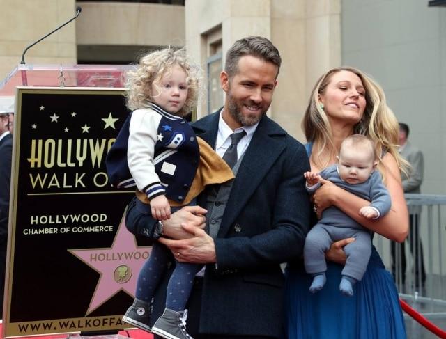 Blake e Ryan mostram suas filhas pela primeira vez.