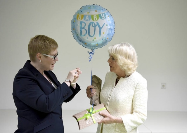 Camilla, duquesa de Cornualha,recebe um balão para o novo neto.