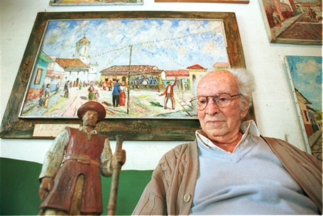 Júlio Guerra em sua casa comminiatura de sua estátua de Borba Gato em 2000.