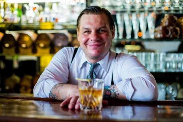 O bartender Spencer Jr., do bar Frank, preparou a pedido do Paladar, drinques que que o bourbon é a estrela
