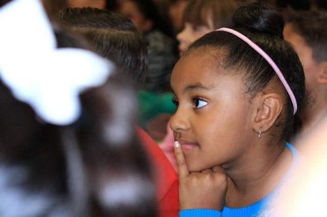 De acordo com pesquisa, meninas negras são vistas como mais adultas que menina brancas da mesma idade.
