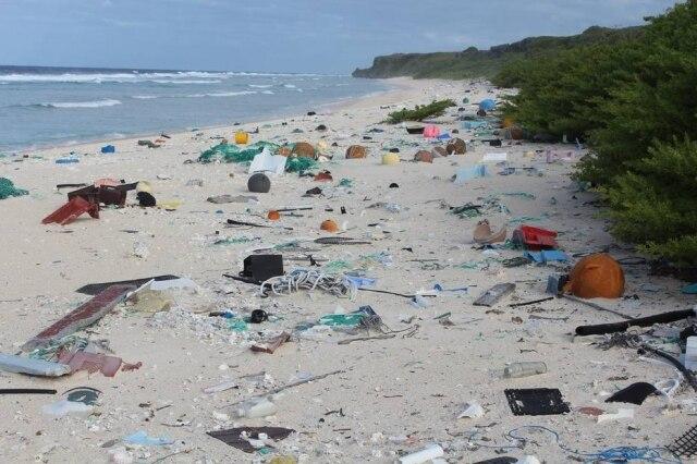 Lixo em East Beach, na Ilha Henderson, no Pacífico Sul. Pelo menos 25 milhões de toneladas de resíduos são despejadas por ano nos oceanos; 80% tem origem nas cidades.