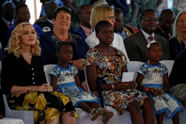 Madonna ao lado de suas filhas Esther, Mercy e Stella.