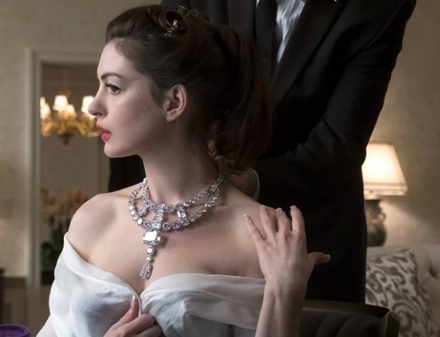 Anne Hathaway com colar criado pela Cartier para o filme'Oito Mulheres e Um Segredo'