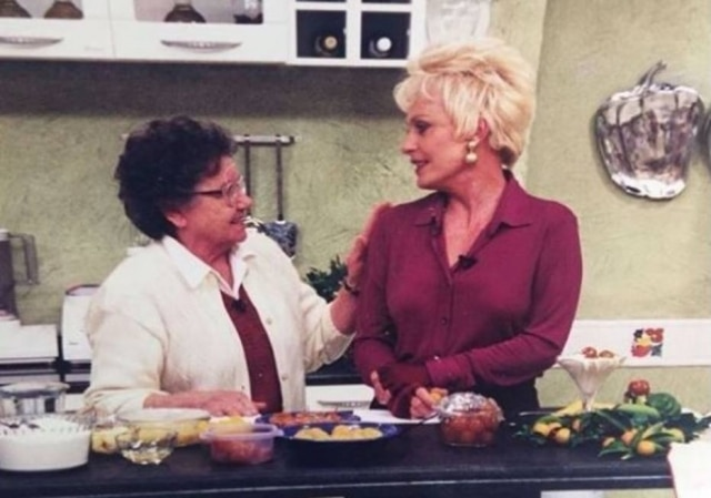 A apresentadora Ana Maria Braga, que completa 70 anos, recebendo felicitações de Palmirinha Onofre.