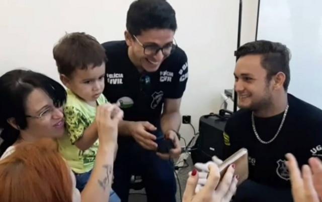 Policiais fizeram brincadeiras e conseguiram colher as digitais do pequeno Daniel Nahin Ramos Moreira, de 2 anos, em Goiânia.
