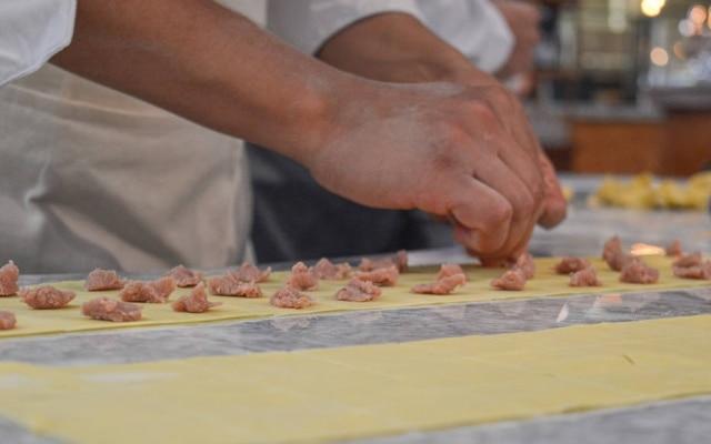 Manual. Tortellini recheados e fechados à mão na frente do cliente
