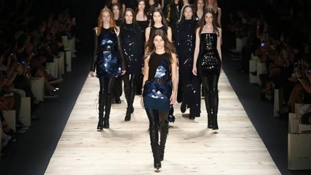 Com a top Isabeli Fontana na passarela, marca aposta em silhueta super feminina para o Inverno