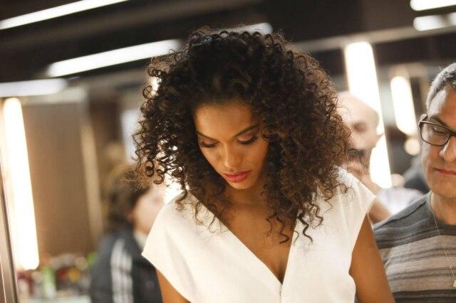 A modelo conta que gasta uma hora diariamente arrumando os cabelos cacheados