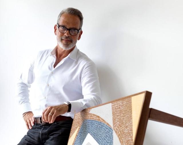 O designer Gaspar Saldanha posa com um de seus trabalhos