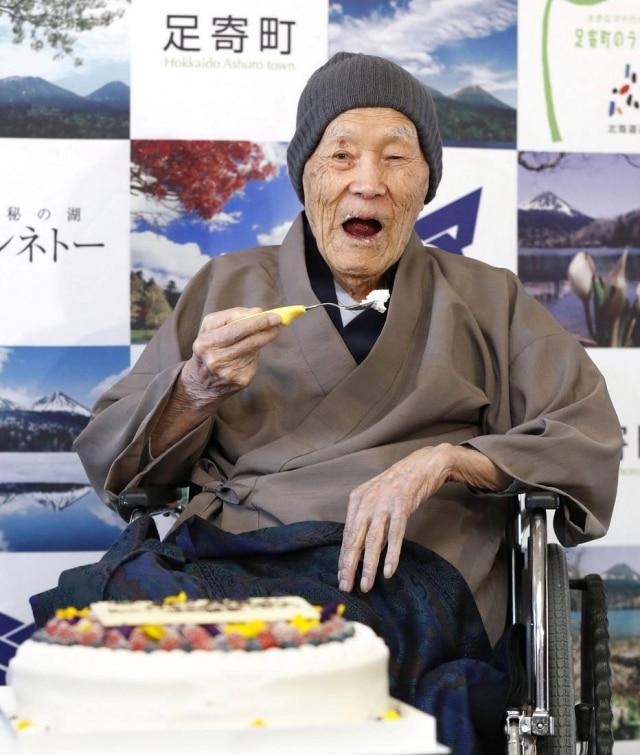 Homem mais velho do mundo, Masazo Nonaka se delicia com um pedaço de seu bolo favorito.