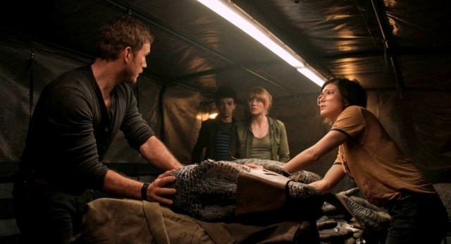 Owen (Chris Pratt), Franklin (Justice Smith), Claire (Bryce Dallas Howard) e Zia (Daniella Pineda) tentam salvar Blue em 'Jurassic World: Reino ameaçado'