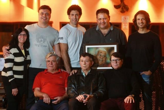 Margarete;Anderson (Mocofava) e seu pai, Gercino (de vermelho);Rodrigo (Mocotó) e seu Zé Almeida (no centro);Luciano (Nação Nordestina) segurando a foto de seu pai, Gilvan;Kelson (Maria Farofa) e seu pai, Geraldo (de óculos).