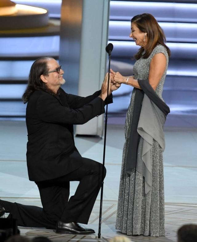 Glenn Weiss pedindo Jan Svendsen em casamento no palco do Emmy.