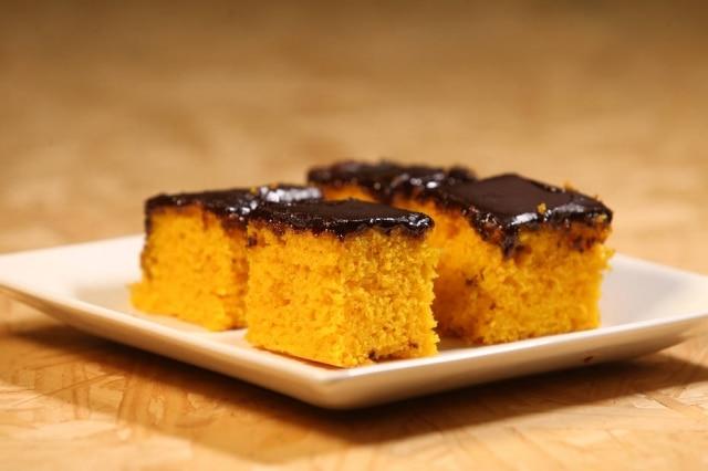 Se quiser que o chocolateentre mais no bolo, faça furinhos com um garfo na massa antes de despejar a calda.