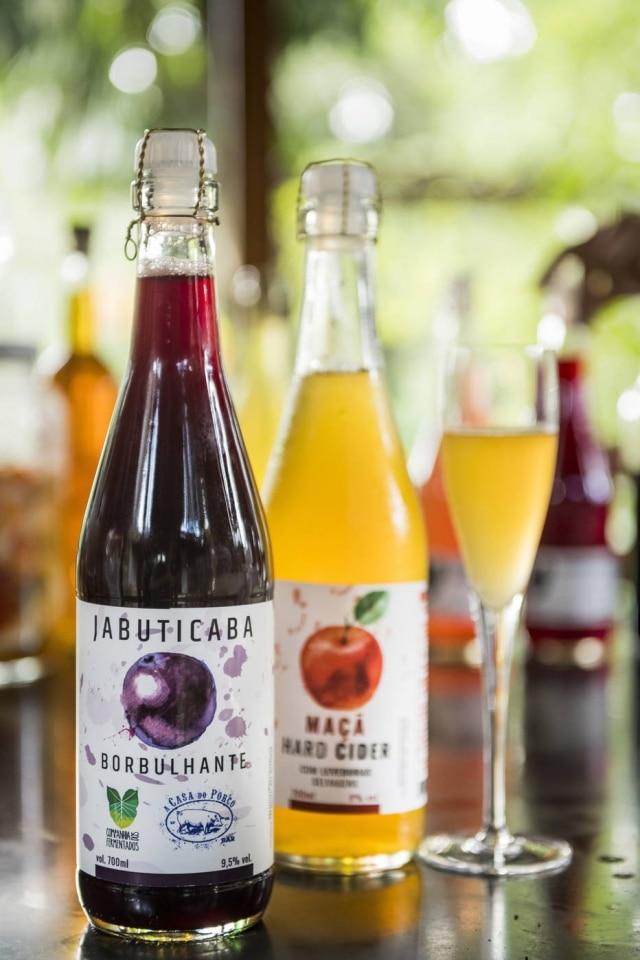 Borbulhantes, da Cia. dos Fermentados, feitos com frutas variadas.