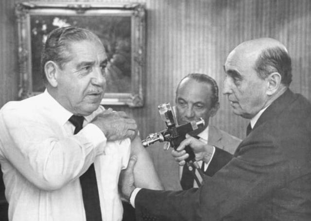O ministro da Saúde, Leonel Mirando,vacina o presidenet Costa e Silva, Brasília, DF, 23/7/1967.
